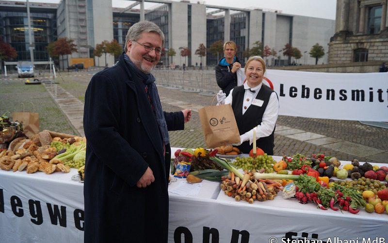 151016 Aktion Lebensmittelverschwendung Berlin 1