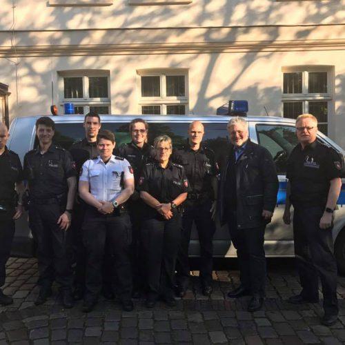Stephan Albani mit Polizisten der Dienststelle Oldenburg