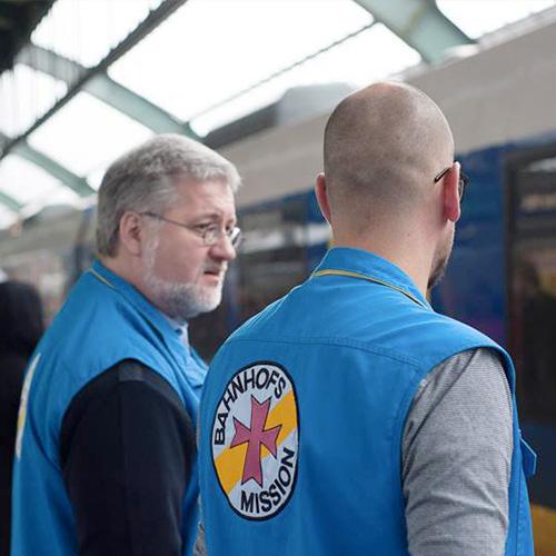 Stephan Albani und ein Mitarbeiter der Bahnhofsmission