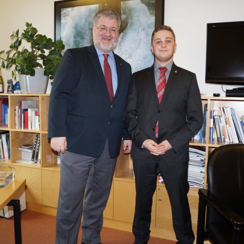 Stephan Albani zusammen mit dem Hospitanten Yannek Bourguignon in seinem Büro in Berlin