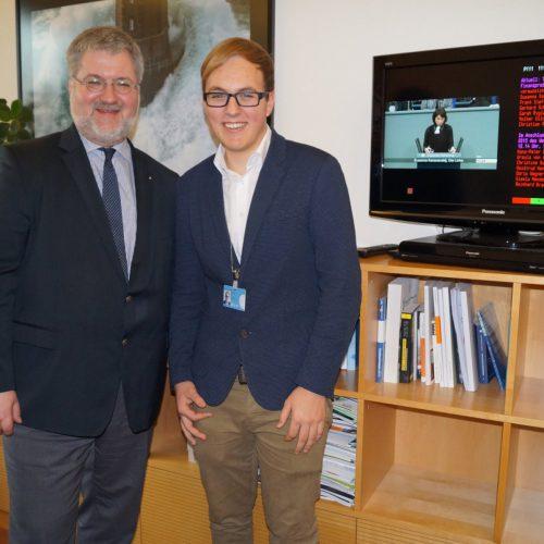 Stephan Albani zusammen mit dem Hospitanten Max Henschel in seinem Büro in Berlin