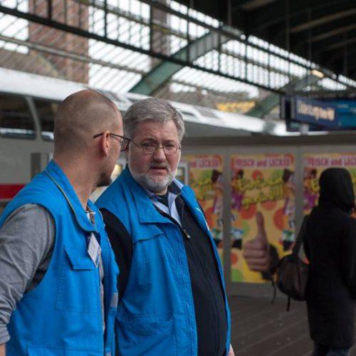 """Stephan Albani und ein Mitarbeiter der """"blauen Engel"""""""
