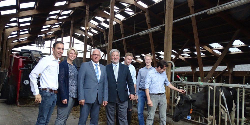 Jörg Brunßen (CDU-Fraktionsvorsitzender), Kirsten Oltmer (CDU-Ratsfrau), Peter Bleser (Staatssekretär), Stephan Albani (MdB), Jan-Malte Jeddeloh (CDU-Ratsherr), Dirk von Aschwege (Landwirt, CDU-Ratsherr), Lars Brunßen (Landwirt und Gastgeber) im Boxenlaufstall des Betriebes von Lars Brunßen.
