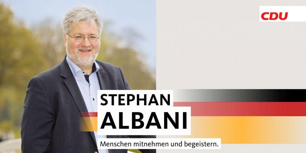 Ein Bild von Stephan Albabni vor einem Cremefarbenen Hintergrund
