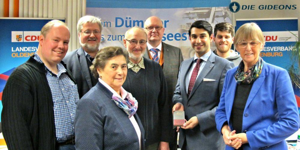 Bibelübergabe durch die Gideons beim CDU-LV Oldenburg