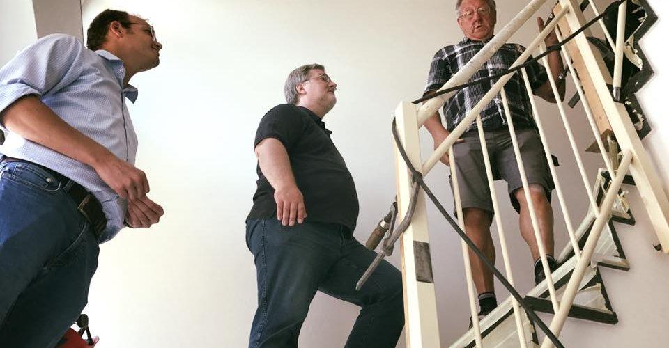 Albani in Aktion bei der Ammerlaender Wohnungsbaugesellschaft - Stephan Albani montiert Treppenteile