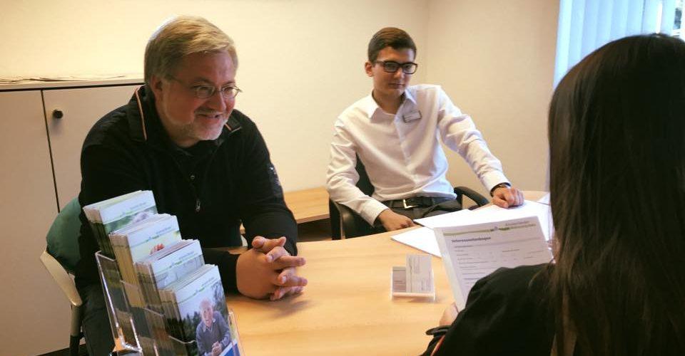Albani in Aktion bei der Ammerlaender Wohnungsbaugesellschaft - Albani übernimmt die Sprechstunde in Rostrup und hört sich an, welche Sogen die Mieter haben.