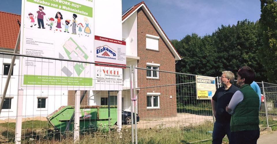 Albani in Aktion bei der Ammerlaender Wohnungsbaugesellschaft Besichtigung des Patwork-Hus in Westerstede