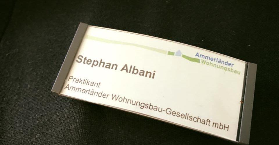 Albani in Aktion bei der Ammerlaender Wohnungsbaugesellschaft - Namensschild des Praktikanten Albani