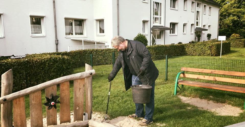 Albani in Aktion bei der Ammerlaender Wohnungsbaugesellschaft - Der Bundestagsabgeordnete reinigt einen Spielplatz