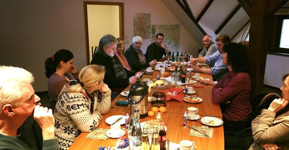 In gemütlicher Runde sind Mitarbeiter und Freunde der CDU Ammerland zusammengekommen und nehmen am traditionellen Weihnachtsfrühstück teil. Stephan Albani liest eine Geschichte vor.