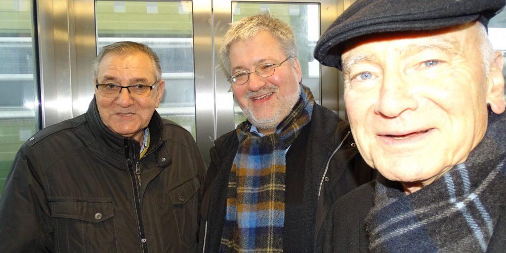 Glückliche Gesichter bei Stephan Albani (Mitte) sowie Jann Aden und Adolf Marxfeld vom Seniorenbeirat.