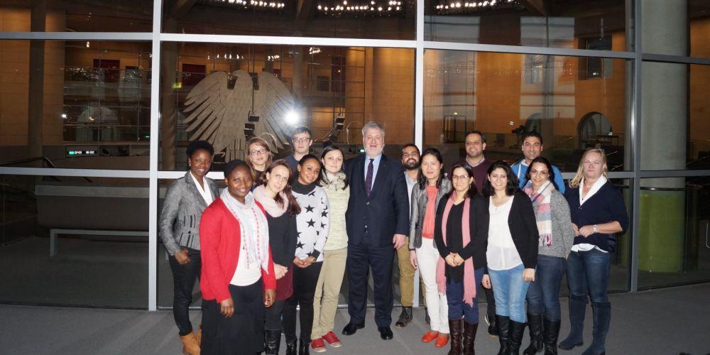 Albani MdB vor Plenarsaal mit Studierenden eines interkulturellen Studiengangs der Uni Oldenburg