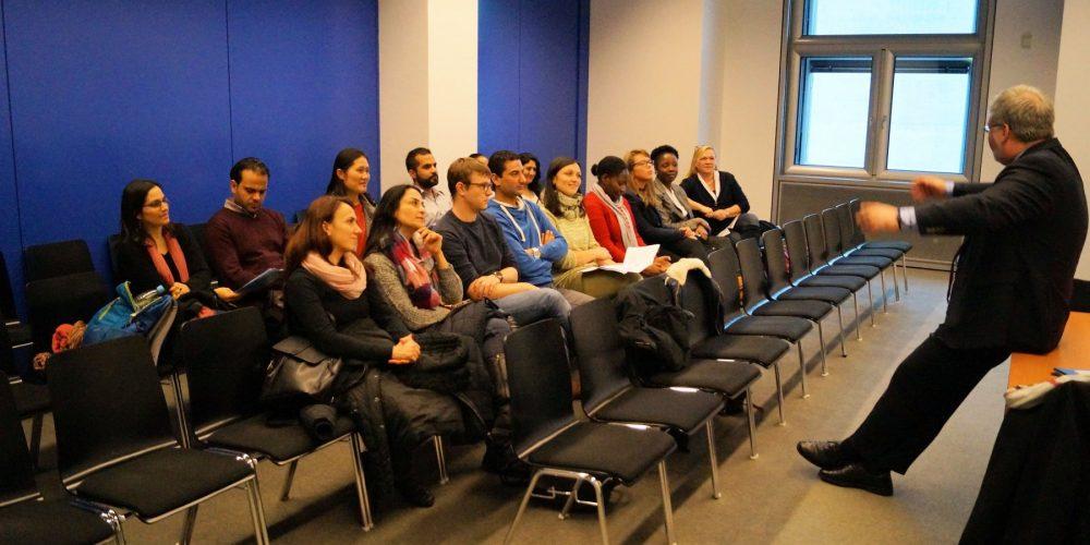 Albani MdB im Gespräch mit Studierenden eines interkulturellen Studiengangs der Uni Oldenburg