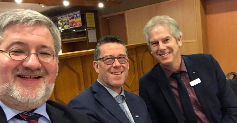 Stephan Albani gemeinsam mit Torsten Wilters (stellvertretender Bürgermeister Rastede) und KJlaus Gross (Bürgermeister Westerstede) auf der Versammlung des Schützenbundes.
