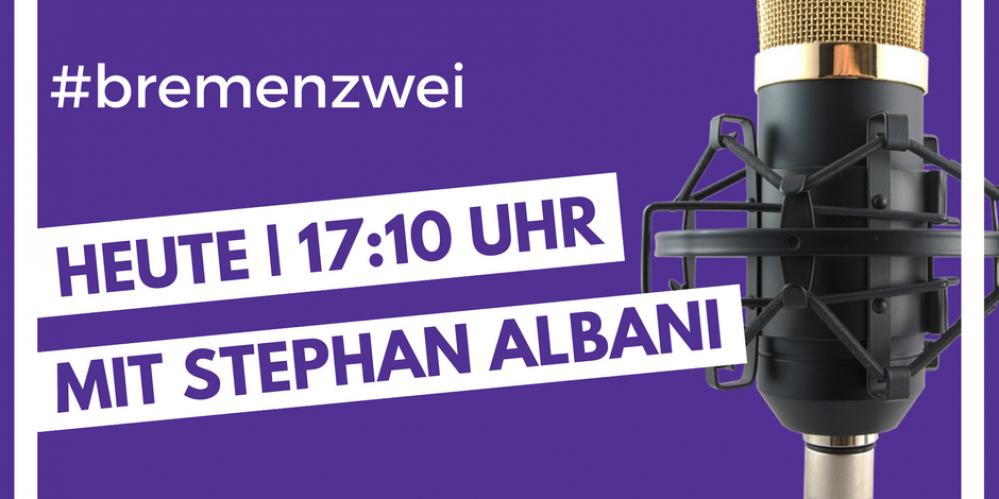 Ankündigungsplakat zum Interview auf bremenzwei mit einem Mikrofon auf violettem Grund.