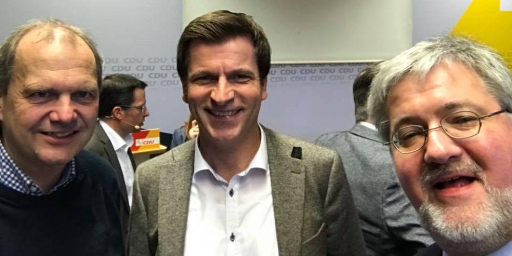 Auf ein Selfie: Fritz Günzler, André Berghegger und Stephan Albani, alle drei Bundestagsabgeordnete, lichten sich ab.