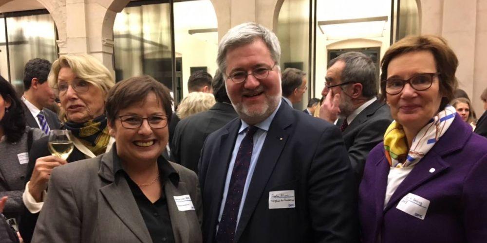 Stephan Albani mit seinen Bundestags-Kolleginnen Patricia Lips und Sybille Benning auf dem Neujahrsempfang der Deutschen Forschungsgemeinschaft in Berlin. Im Hintergrund sind weitere Menschen zu sehen.