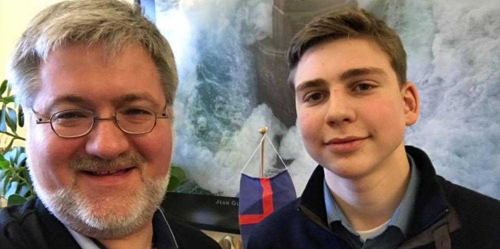 Stephan Albani und Timo Pundt im Berlin Büro. Im Hintergrund ein Foto von einem Leuchtturm und die Oldenburger Landesflagge aus dem Wahlkreis.