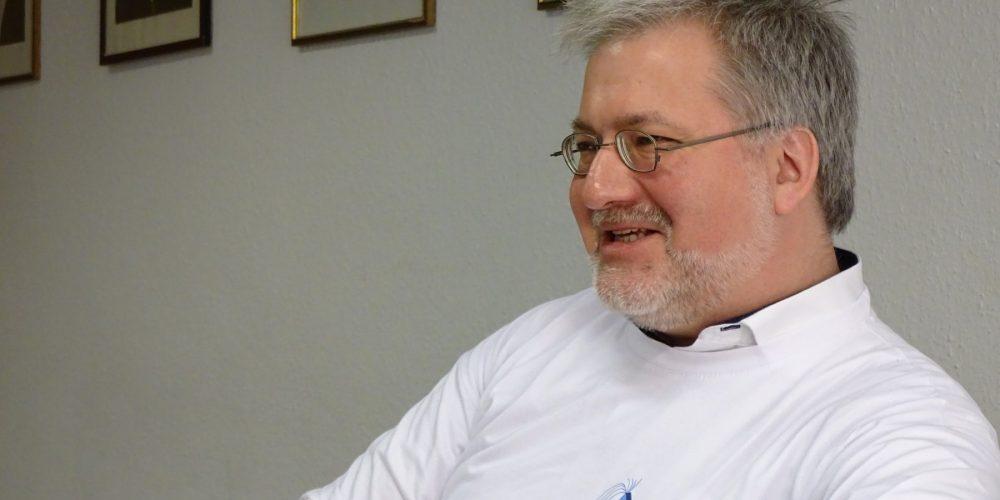 Stephan Albani freut sich über ein T-Shirt als Geschenk für seine Tätigkeit als Schirmherr bei HyperpodX.