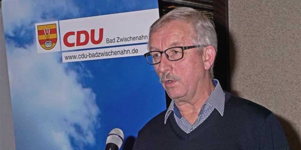 Renke zur Mühlen am Rednerpult bei seinem Bericht aus der Ammerländer Baumschulwirtschaft. Im Hintergrund ein Banner der CDU Bad Zwischenahn mit einem Werbeaufdruck.