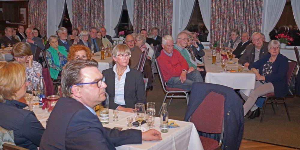 Blick in den Saal: Zahlreiche Gäste sitzen im Saal und lauschen der Rede von Renke zur Mühlen.