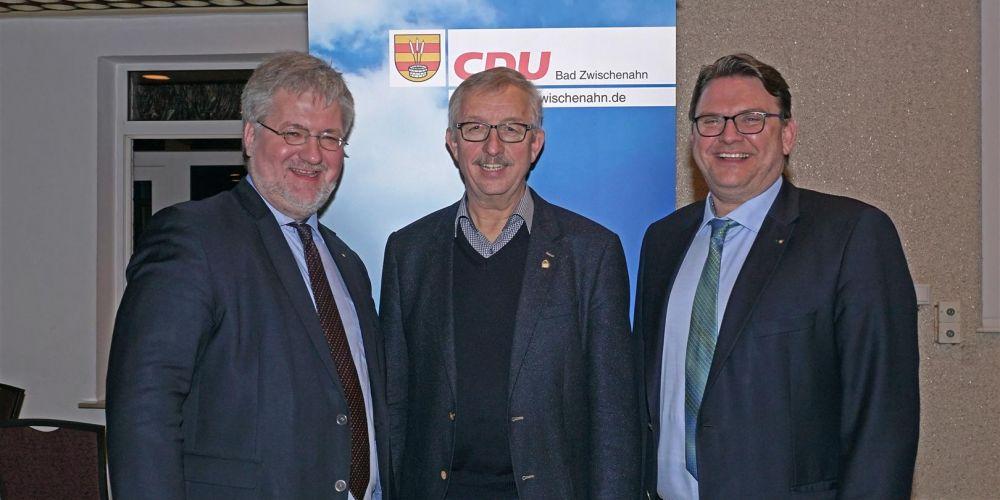 Stephan Albani MdB, Renke zur Mühlen und Stefan Pfeifer stellen sich zum Gruppenfoto vor einem CDU-Bad-Zwischenahn-Werbebanner auf.