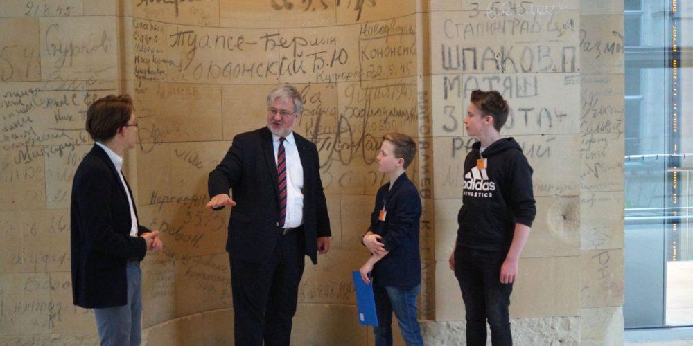 Stephan Albani mit seinen Zukunftstagpraktikanten Deik, Lennart und Tom im Reichstagsgebäude