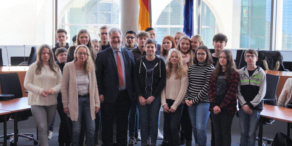 Schülerinnen und Schüler der Oberschule Ofenerdiek zu Besuch bei Stephan Albani in Berlin.